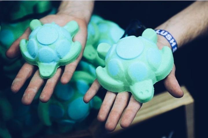 Lush se lance dans la protection de la faune marine avec sa Jelly BombTurtle